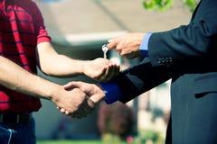 Huis: Agent Congratulates Homebuyer Royalty-vrije Stock Fotografie