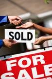 Huis: Agent Hands Keys aan nieuwe Huiseigenaar Stock Afbeeldingen