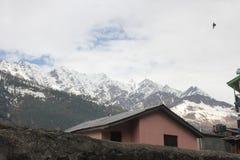 Huis in berg stock afbeelding
