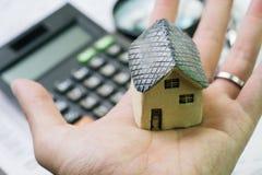 Huis, huis of bezitsprijs gemakkelijk onderzoek, miniatuurkeramiek ho Royalty-vrije Stock Foto's