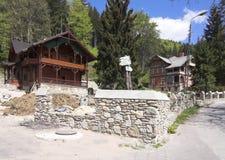 Huis bij bergen Royalty-vrije Stock Afbeeldingen