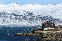 Huis bij de Oostkust van IJsland Stock Afbeeldingen