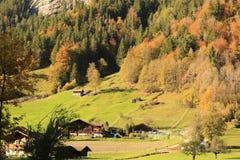 Huis bij de voet van de berg stock foto