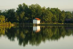 Huis bij het meer stock afbeelding