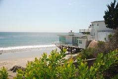 Huis bij oceanfront Stock Afbeeldingen