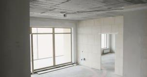 Huis binnenlandse gang door nieuwe flat zonder het eindigen stock videobeelden