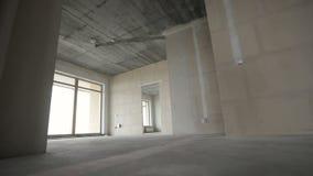 Huis binnenlandse gang door nieuwe flat zonder het eindigen stock video