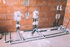 Huis bouw en het vernieuwen, pijpen en loodgieterswerkhulpmiddelen Badkamersdetails met instalation van gootsteen, pijpen Stock Foto