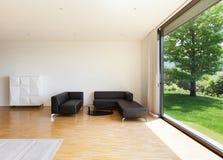 Huis, brede woonkamer Stock Afbeelding