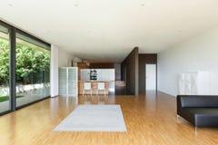 Huis, brede woonkamer Stock Foto's