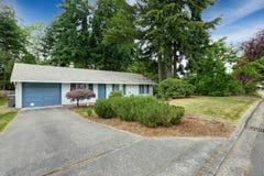 Huis buiten met blauwe versiering Garage met oprijlaan Royalty-vrije Stock Foto's