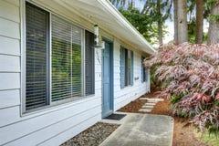 Huis buiten met blauwe versiering Ingangsdeur en concrete walkw Royalty-vrije Stock Foto