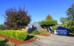 Huis buiten met garage Royalty-vrije Stock Afbeeldingen