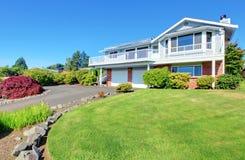 Huis buiten met groot grasgazon. Stock Fotografie