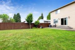 Huis buiten met stakingsterras en ruim binnenplaatsgebied Stock Fotografie