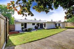 Huis buiten met terrasgebied Binnenplaats met gazon en oprijlaan Stock Afbeelding