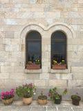 Huis buiten met venster door bloemen wordt verfraaid die royalty-vrije stock foto