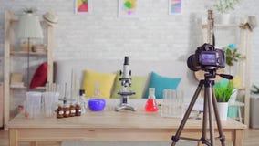 Huis chemisch laboratorium op de lijst, een schoolproject, niemand stock videobeelden