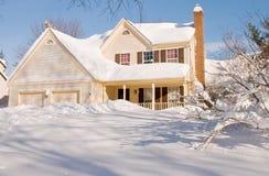 Huis dat in de wintersneeuw wordt behandeld Royalty-vrije Stock Fotografie