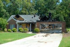 Huis dat door brand wordt beschadigd Stock Fotografie