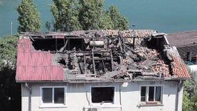 Huis dat door brand wordt vernietigd stock video