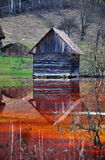 Huis dat door vervuild water van een mijn van de koper open kuil wordt overstroomd Stock Foto