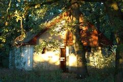 Huis dat door zon wordt aangestoken Stock Foto's