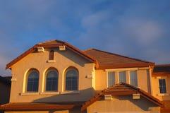 Huis dat door zon wordt aangestoken gelijk te maken Stock Afbeelding