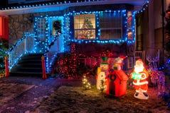 Huis dat met de Lichten van Kerstmis wordt verfraaid Stock Afbeelding