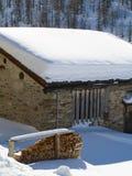 Huis dat met sneeuw wordt behandeld royalty-vrije stock foto's