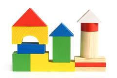 Huis dat van de houten bouwstenen van kinderen wordt gemaakt stock afbeeldingen