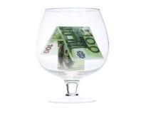Huis dat van geld in een glas wordt gemaakt Stock Afbeeldingen