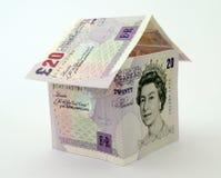Huis dat van geldnota's en rekeningen wordt gemaakt stock foto