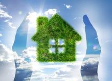 Huis dat van gras op blauwe hemel wordt gemaakt Stock Foto