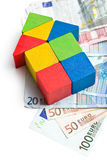 Huis dat van houten stuk speelgoed blokken met euro geld wordt gemaakt Royalty-vrije Stock Fotografie
