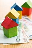 Huis dat van houten stuk speelgoed blokken met euro geld wordt gemaakt Stock Foto's