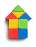 Huis dat van houten stuk speelgoed blokken wordt gemaakt Stock Foto