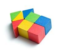 Huis dat van houten stuk speelgoed blokken wordt gemaakt Stock Afbeelding