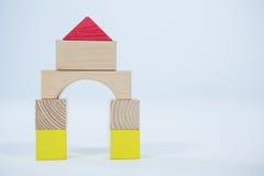 Huis dat van houten stuk speelgoed blokken wordt gemaakt Royalty-vrije Stock Foto's