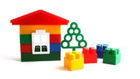 Huis dat van stuk speelgoed blokken wordt geconstrueerd Stock Afbeelding