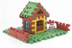 Huis dat van stuk speelgoed blokken wordt gemaakt Stock Foto's
