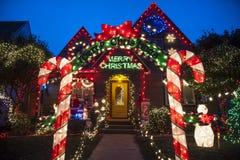 Huis dat voor Kerstmis wordt verfraaid Stock Foto