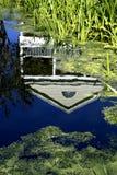 Huis dat in waterviering Florida wordt weerspiegeld Verenigde Staten de V.S. royalty-vrije stock afbeelding