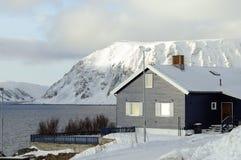 Huis in de fjord van Noorwegen Royalty-vrije Stock Fotografie