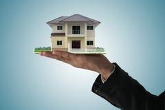 Huis in de handen Stock Fotografie