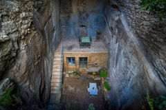 Huis in de rots met terr Stock Foto's