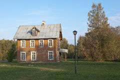 Huis in de Russische stijl bij het Cavaleriegebouw Oranienbaum Rusland Stock Foto