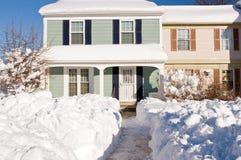 Huis in de stad na de wintersneeuwstorm Stock Foto's