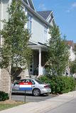 Huis in de stad voor verkoop stock fotografie
