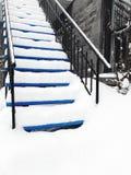Huis in de stadtrap in sneeuw wordt behandeld die royalty-vrije stock afbeeldingen